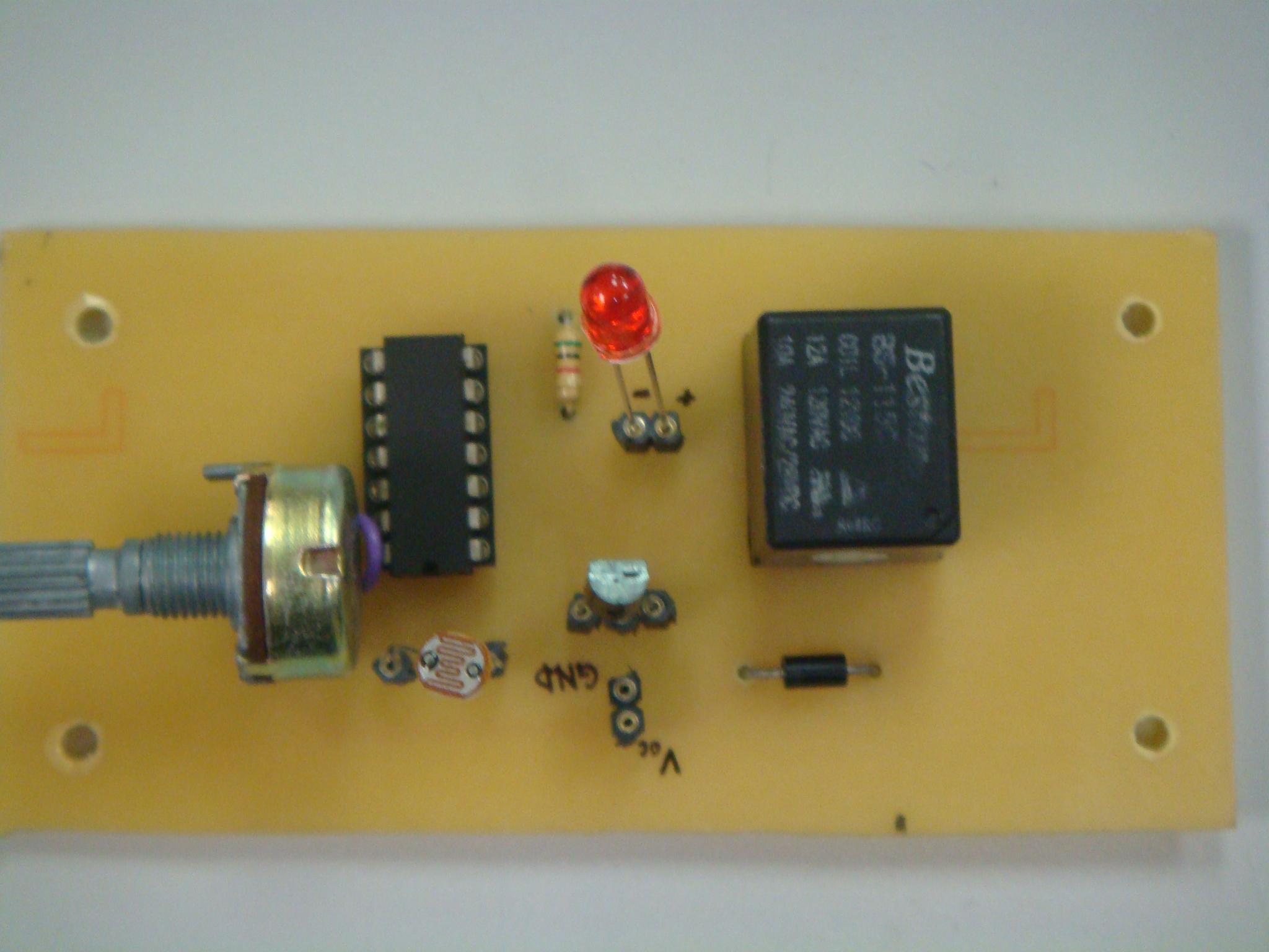 照明功能 利用光敏电阻感测光源明暗度,当感测到亮度变暗时,电灯可以