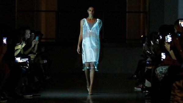 设计师开始将各种科技元素融入服装设计中
