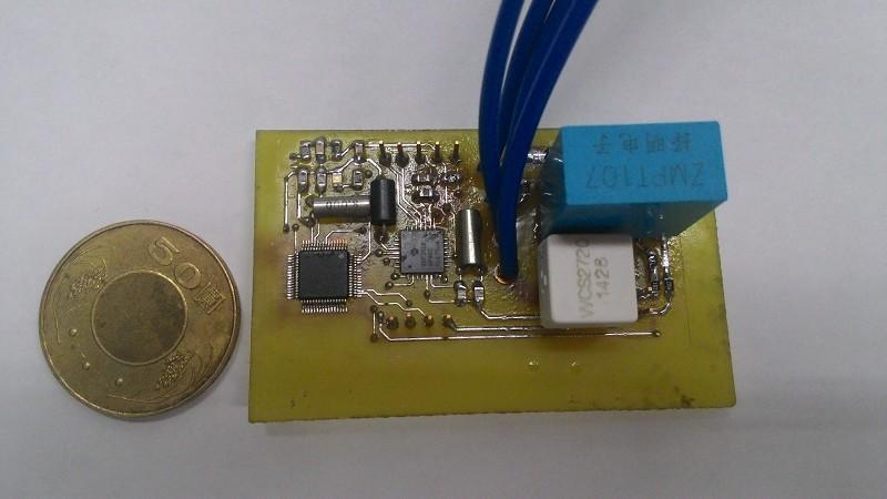 电流感测元件的灵敏度校正取线其纵轴为测量结果电压讯号值;横轴为实际电流安培值,利用这个曲线分电流区间取弧线的切线作为转换方程式用于MCU灵敏度校正即可得到非常精准的实际电流值。 整体架构测试: 使用吹风机作为待测负载直接经过本模组连接至电源插座,而通过模组内的感测电路及处理器计算,直接可在智慧型手机上观测结果。 (本文作者宋启嘉1、连颖东2、陆品威2、杨胜裕2、郑咏中2为虎尾科技大学电机工程系1教授及2学生) 参考文献 [1] 陈佩琪,全球暖化与我国温室气体减量法制化之研究,国立台湾师范大学政治研究所,2