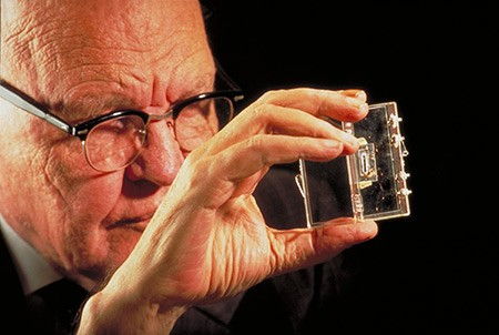圖一 : Jack Kilby於1958年向全世界展示了第一顆能夠正常運行的積體電路(Source:Texas Instruments)