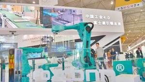 鴻海加速佈局機器人領域,目前已有六萬台用量,未來每年還要以兩成速度擴增,並有望將機器人從自用拓展至商用。