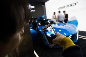 各大車廠將5G概念車搬進MWC會場中,幾乎要讓人以為身陷在車展中了。