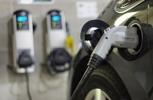 發展電動車雖恐造成用電量大增,但亦可將其發展完善的儲能措施,未來將可望紓解都市用電壓力。