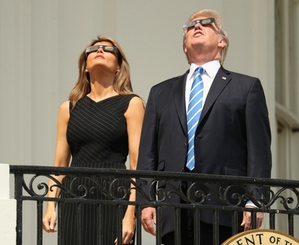 美國8月21日的日全蝕除了吸引天文迷相爭觀察之外,另一個重頭戲就是考驗著太陽能發電機制的應變力。(Source:Chicago SunTimes)