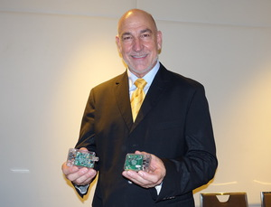 Keyssa行銷副總裁Steve Venuti正展示無線連結模組。