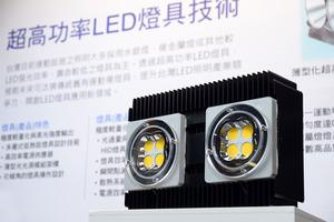 工研院開創LED燈具新應用,以500W的LED燈具取代2200W的HID燈。