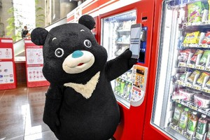 熊讚使用手機感應購物