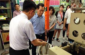許景翔總經理(左二)向環保署長李應元(左三)說明其濕式貴金屬環保回收技術